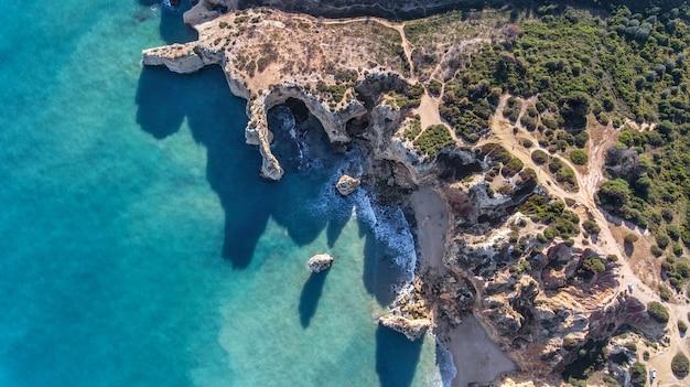 Aéreo. belas praias portuguesas da marinha, albufeira vista do céu.
