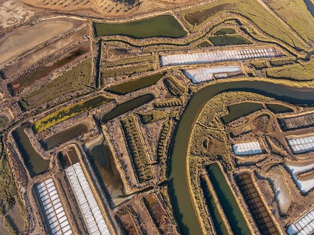 Aéreo. campos texturizados de lagos salgados pantanosos. salines de portugal.