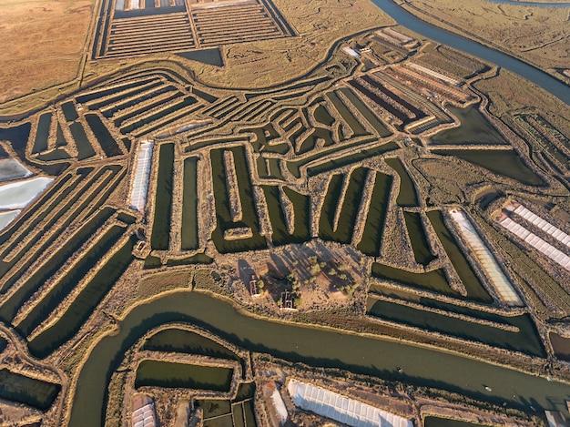 Aéreo. campos texturizados de lagos salgados pantanosos. salines portugal. vila real santo antônio.