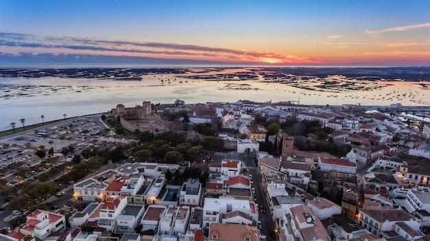 Aéreo. delicioso nascer do sol acima da cidade velha de faro portugal.