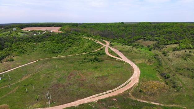 Aéreo. estrada de terra - uma estrada ou estrada de trator construída em solo natural