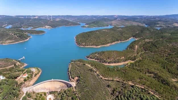 Aéreo. foto do céu, as barragens cheias de água odiaxere.