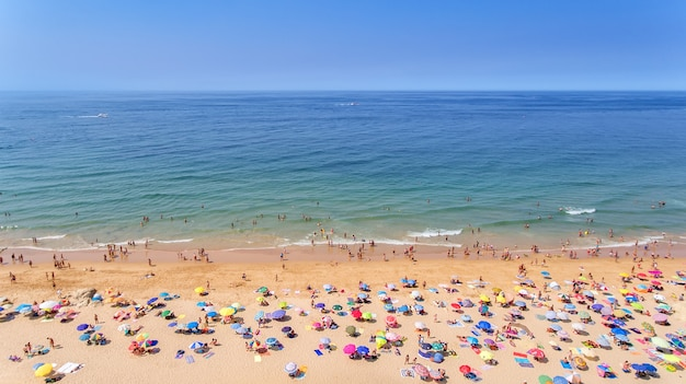 Aéreo. fotos de praia e turistas da cidade de albufeira. do céu.