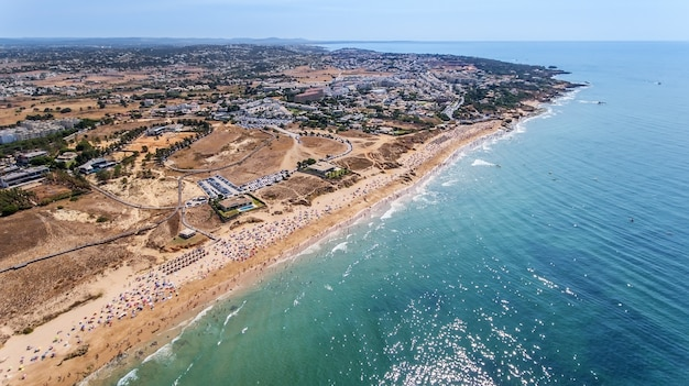 Aéreo. panorama da antena de albufeira na região do algarve, portugal,