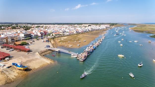 Aéreo. porto, cais de navios de pesca. vista do céu, cabanas tavira