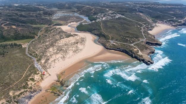 Aéreo. praia da amoreira na costa de alzhezur. costa vicentiva
