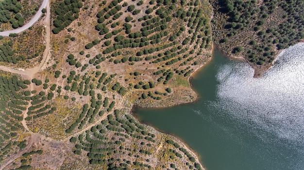 Aéreo. videografia de drone, barragem do reservatório odeleite. portugal