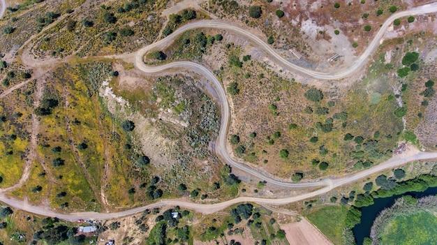 Aéreo. videografia de drones, estradas de campo perto da barragem de odeleite. portugal
