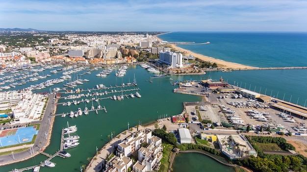 Aéreo. vista do céu da cidade turística de vilamoura, marina.