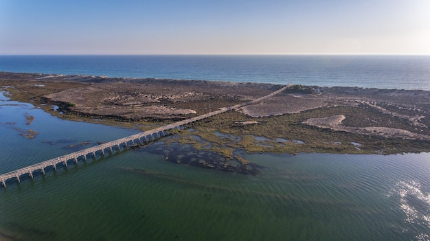 Aéreo. vista do céu para a baía na ria formosa. quinta de lago.