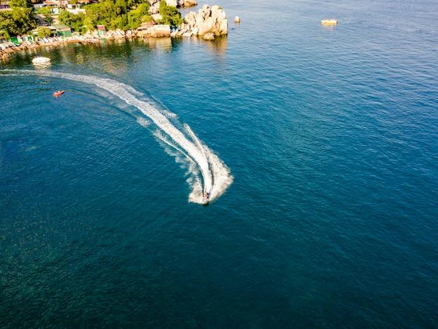 Aerial aqua jet ski na baía de mar cidade da europa, perto da costa