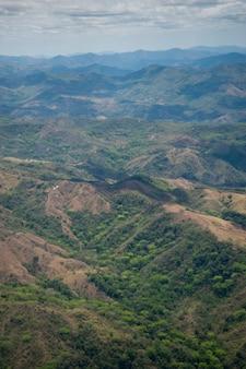 Aeriel vista das colinas e montanhas da costa rica