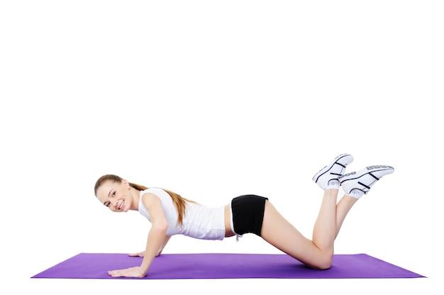 Aeróbica e exercícios físicos de bela jovem sorridente
