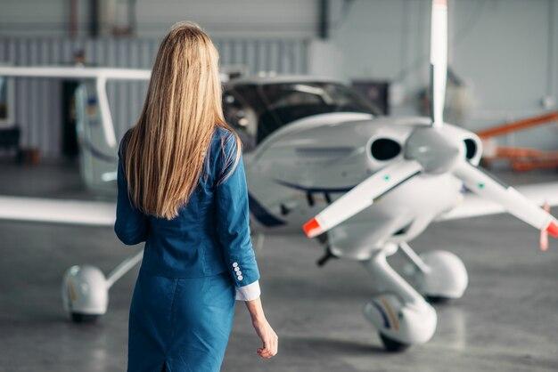 Aeromoça contra avião turboélice no hangar