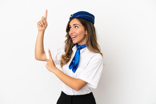 Aeromoça de avião sobre fundo branco isolado apontando com o dedo indicador uma ótima ideia