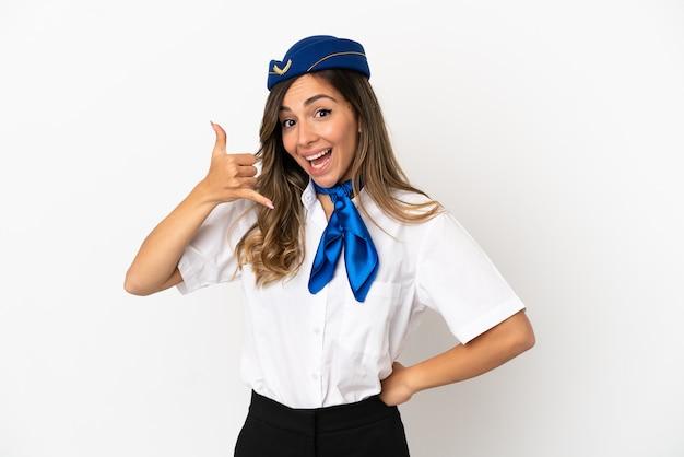 Aeromoça de avião sobre fundo branco isolado, fazendo gesto de telefone. ligue-me de volta sinal