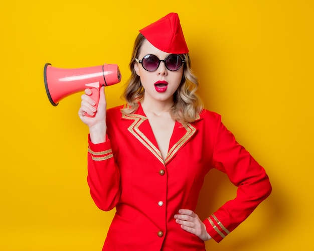 Aeromoça vintage vestindo uniforme vermelho com megafone