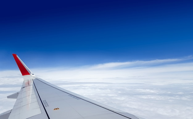 Aeronave voa sobre o céu nublado