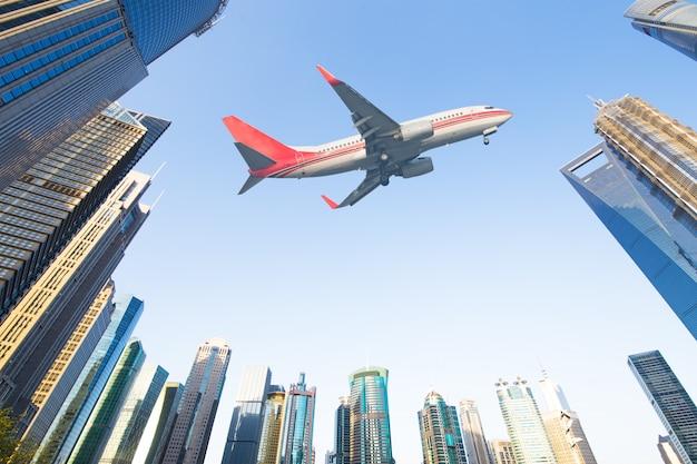 Aeronaves com skyline de shanghai do centro financeiro de lujiazui