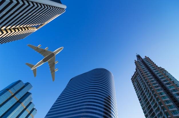 Aeronaves voando ao redor de edifícios