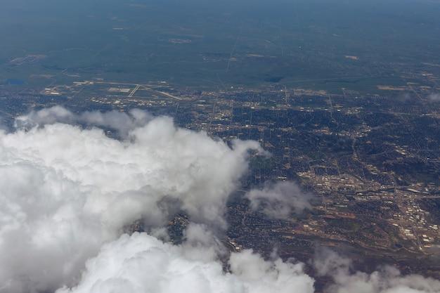Aeronaves voando sobre a paisagem voam acima das nuvens e da cidade de denver, eua