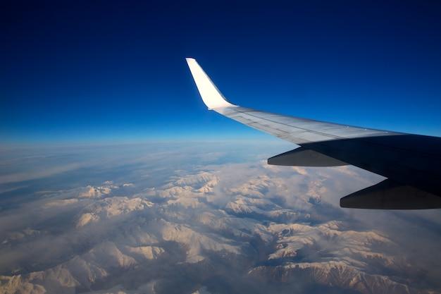 Aeronaves voando sobre montanhas nevadas dos pirinéus