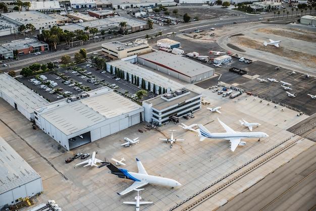 Aeroporto com avião, vista de cima