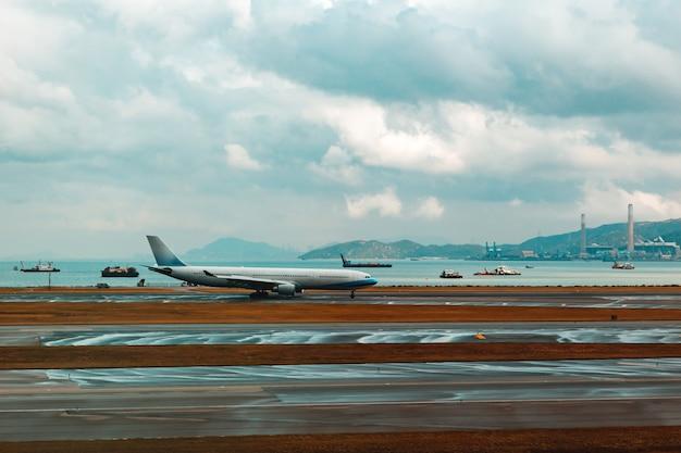 Aeroporto com muitos aviões ao pôr do sol