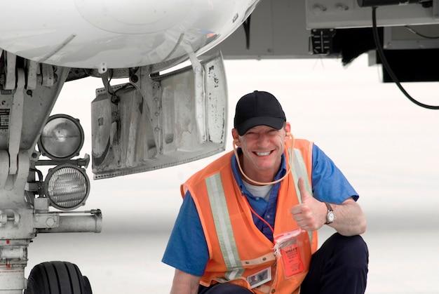 Aeroporto de tripulação em terra sorrindo, retrato