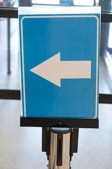 Aeroporto seta direção sinal close-up