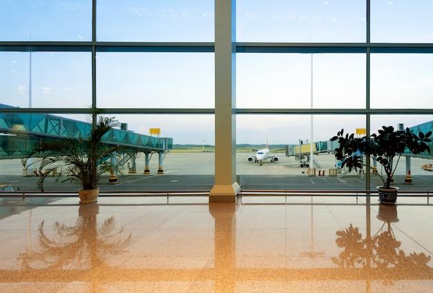 Aeroportos com grandes janelas e aeronaves