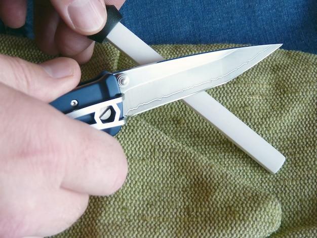 Afiação de um pequeno canivete em um musat de cerâmica
