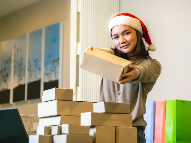 Afie o conceito em linha do vendedor do negócio, mulheres asiáticas com seu vendedor em linha do negócio freelance do trabalho.