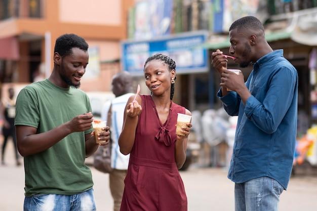 Africano comendo uma bebida gelada