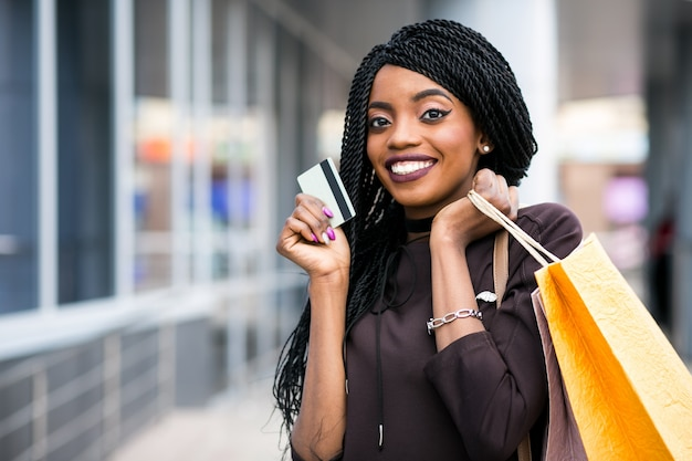Africano compras feliz