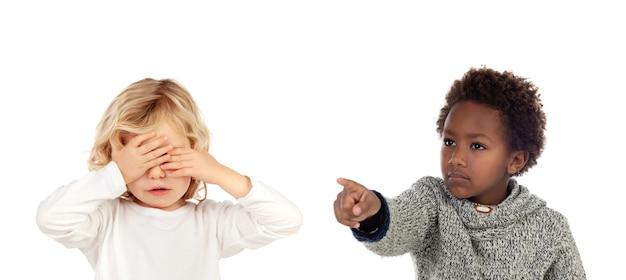 Africano criança dizendo uma ordem para seu amigo, que está cobrindo os olhos