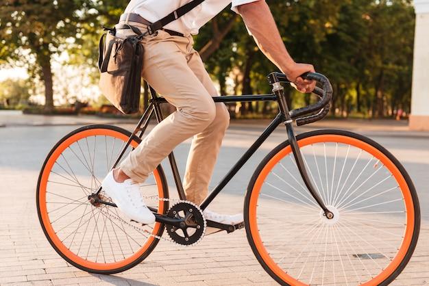 Africano jovem bonito de manhã cedo com bicicleta