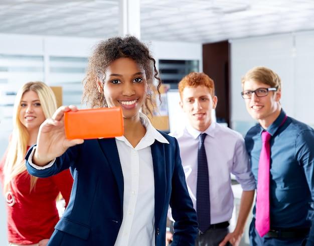 Africano jovem executivo selfy multi étnica equipe