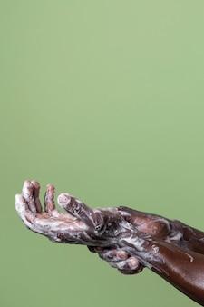 Africano lavando as mãos
