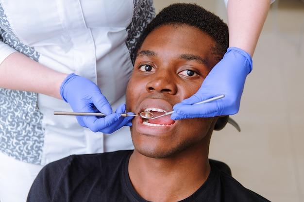 Africano, macho, paciente, obtendo, tratamento dental, em, dental, clínica