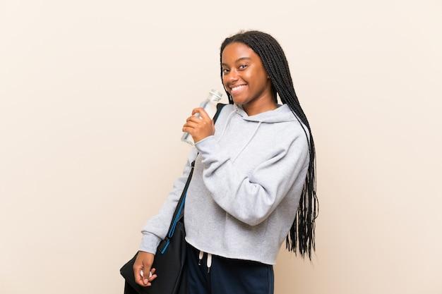 Afro-americana esporte adolescente menina com cabelo longo trançado