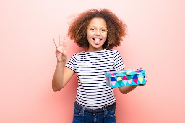 Afro-americana menina segurando uma caixa de presente