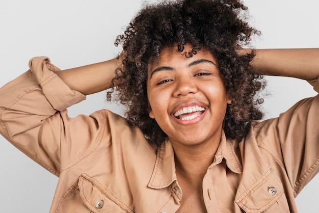 Afro-americana mulher brincando com o cabelo dela