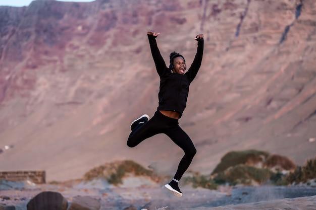 Afro-americano cara pulando e gritando