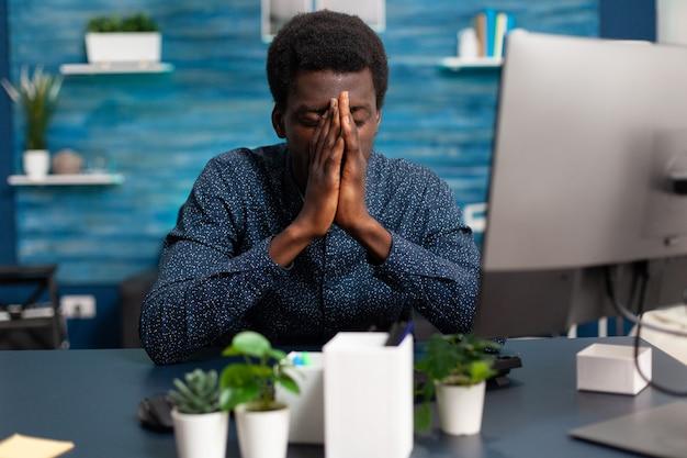 Afro-americano doente, estressado com o prazo