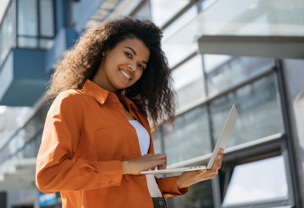 Afro-americano estudante estudando, usando a tecnologia moderna e internet. conceito de educação on-line
