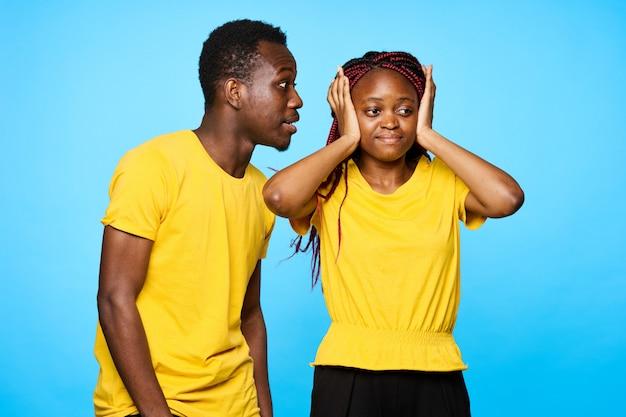 Afro-americano homem e mulher posando em espaços de cores