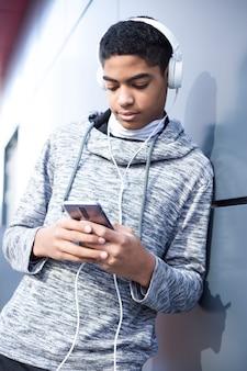 Afro-americano jovem ouvindo música com fones de ouvido