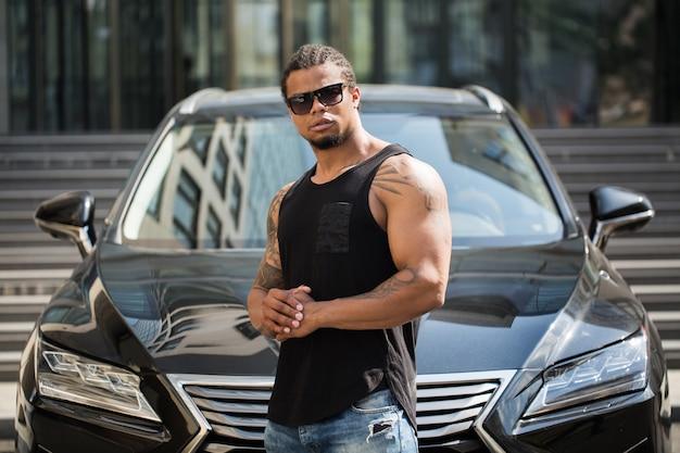 Afro-americano perto do carro