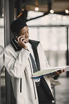 Afro-americano se preparando para uma reunião de negócios